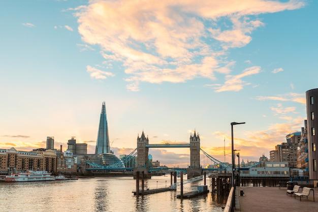 Londen weergave bij zonsondergang met tower bridge en moderne gebouwen