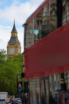 London big ben from trafalgar square verkeer