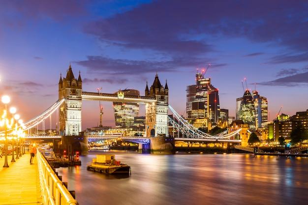 London tower bridge met downtown gebouw