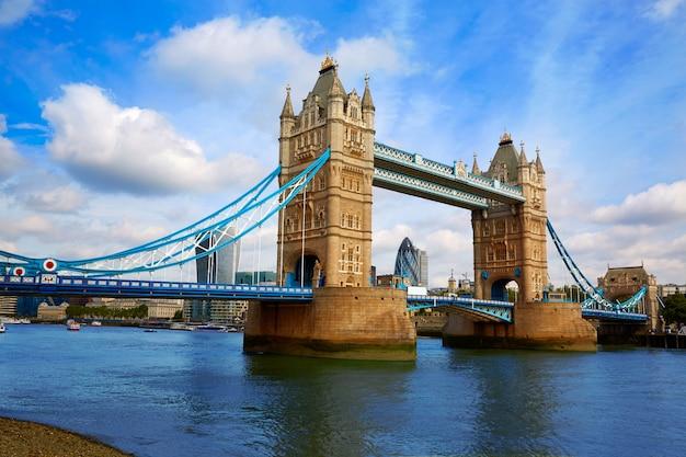 London tower bridge-zonsondergang op de rivier van theems