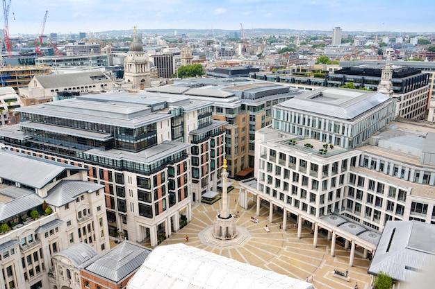 London, verenigd koninkrijk - 19 juli 2014: uitzicht over londen van bovenaf. paternosterplein gezien vanaf st paul's cathedral. vk.