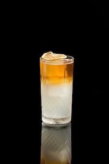 Long island ice tea cocktail geïsoleerd op een zwarte achtergrond.