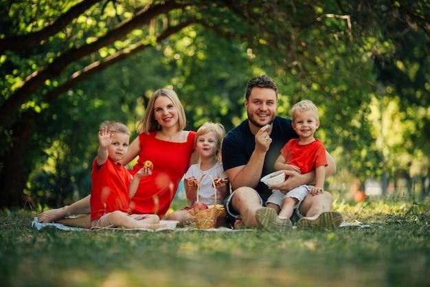Long shot gelukkige familie camera kijken