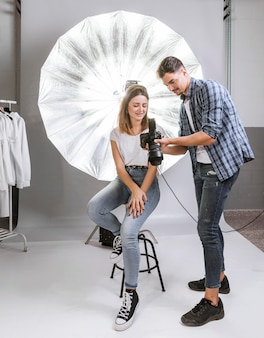 Long shot man en vrouw in professionele fotostudio