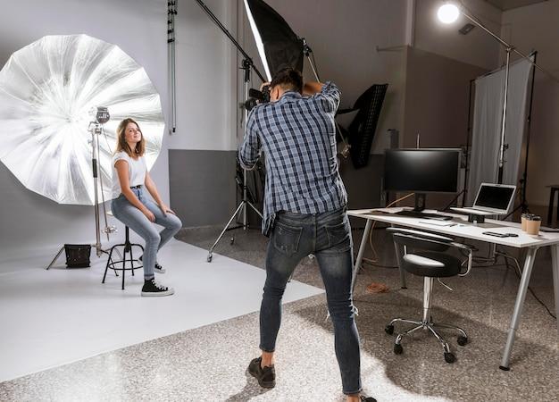 Long shot man fotograferen van prachtige model