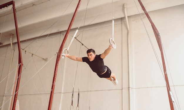 Long shot man training op gymnastiekringen