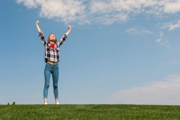 Long shot meisje gelukkig in de natuur