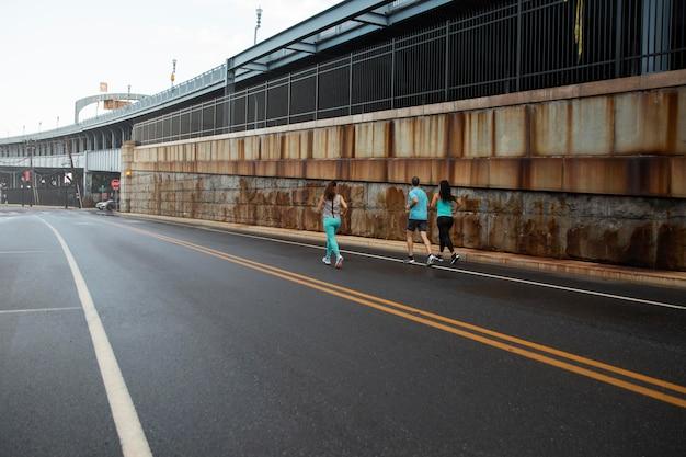 Long shot mensen die samen rennen