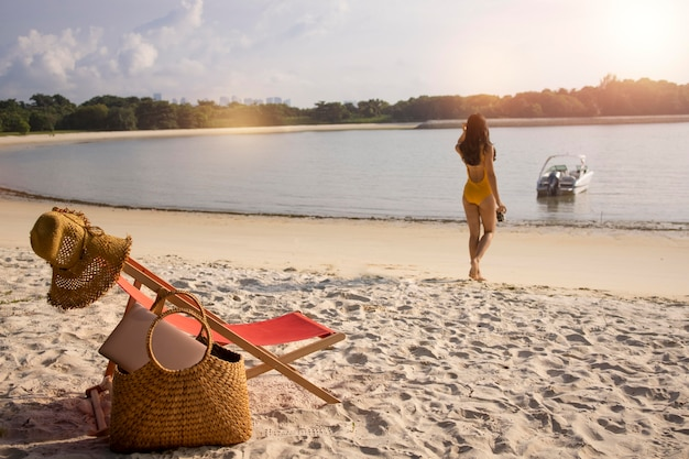 Long shot nomadische vrouw op het strand