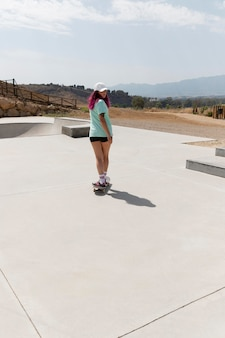 Long shot skater met board buiten