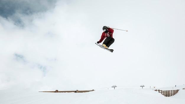 Long shot skiër springen