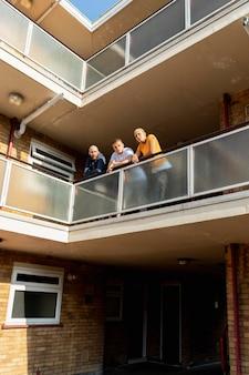 Long shot smiley vrienden op balkon