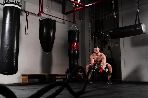 Long shot sterke bokstraining voor een wedstrijd