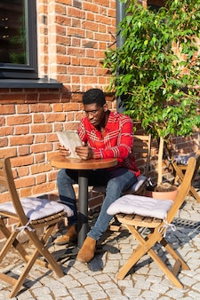 Long shot van stijlvolle man lezen