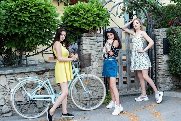Long shot vriendinnen poseren