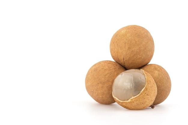 Longan of dimocarpus longan vruchten geïsoleerd op wit met uitknippad.