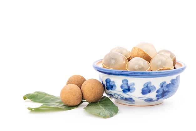 Longan of dimocarpus longan-vruchten op wit worden geïsoleerd dat.