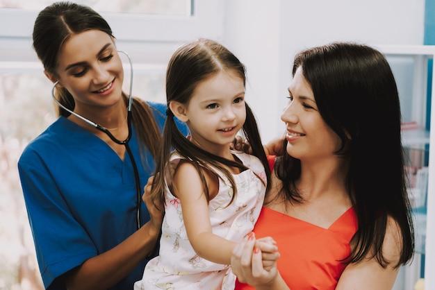 Longen auscultatie met stethoscoop in het ziekenhuis.