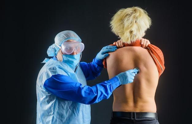 Longontsteking arts covid arts met stethoscoop arts die patiënt controleert met stethoscoop