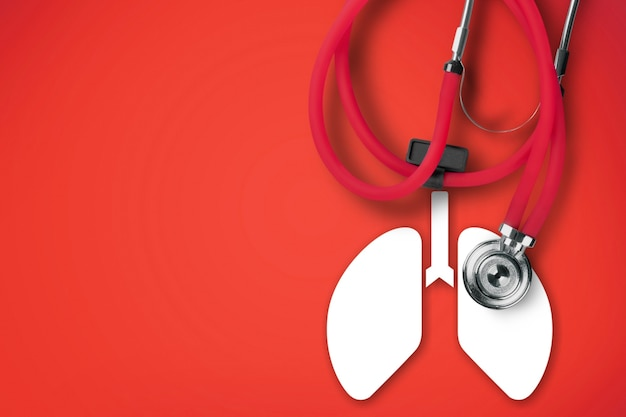 Longsymbool en stethoscoop op een rode achtergrond. longoedeem concept