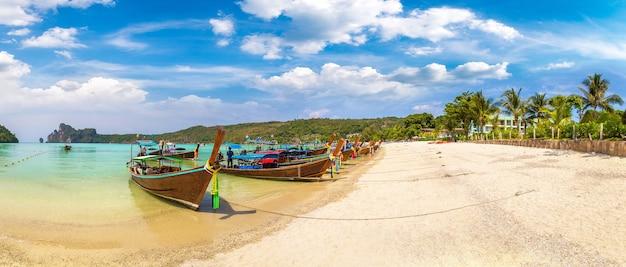 Longtailboot bij log dalum beach op het eiland phi phi don, thailand