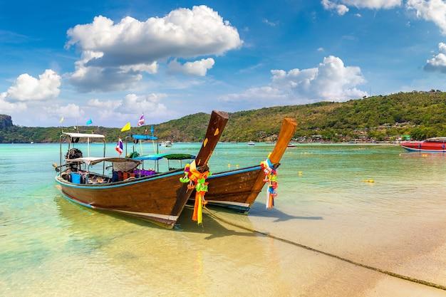 Longtailboot bij log dalum beach op het eiland phi phi don