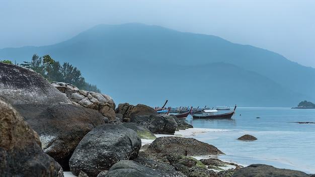 Longtailboot en prachtige oceaan van het eiland koh lipe, thailand.