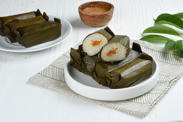 Lontong isi is rijst gevuld met oncom of groenten en omwikkeld met bananenbladeren