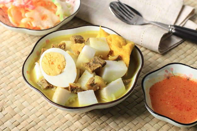 Lontong kari sapi, ketupat met beef curry soep. dit is een traditioneel gerecht, typisch uit bandung, indonesië.