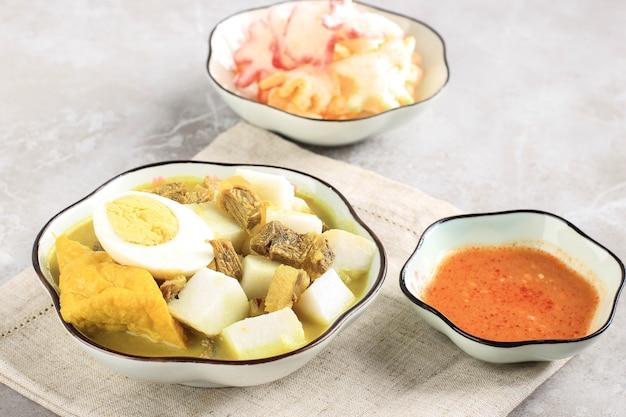 Lontong kari sapi of indonesische beef curry met rijstwafel. streetfood populair voor ontbijt in west-java, indonesië