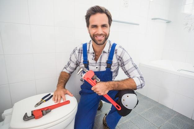 Loodgieter die bij de camera glimlachen