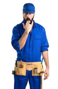 Loodgieter doet braken gebaar