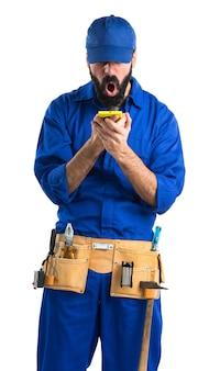 Loodgieter praten met mobiel