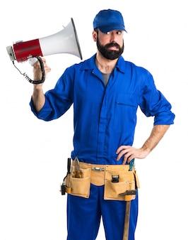 Loodgieter schreeuwen door megafoon