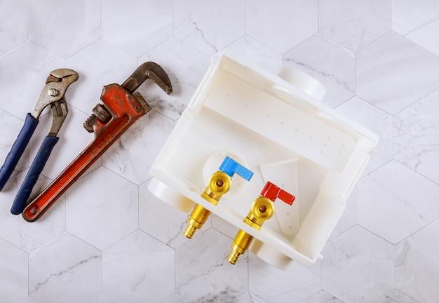 Loodgieter wasgoed benodigdheden uitloopdozen centrale afvoer wasmachine en instelbare sleutel