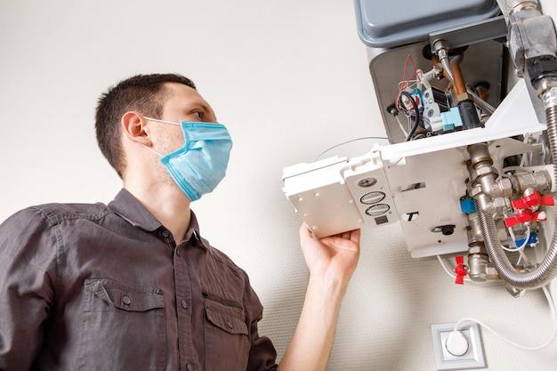 Loodgieter werkt mee en probeert het probleem met de verwarmingsapparatuur voor woningen op te lossen