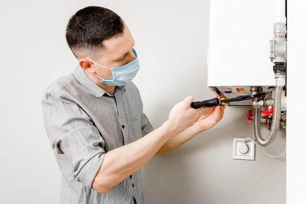 Loodgieter werkt mee en probeert het probleem met de verwarmingsapparatuur voor woningen op te lossen.