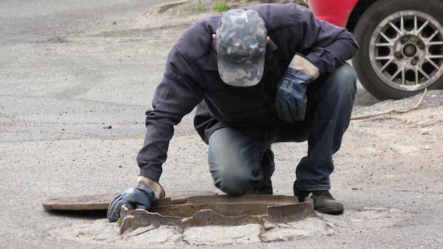 Loodgieters werken om de watervoorziening van het huis te herstellen