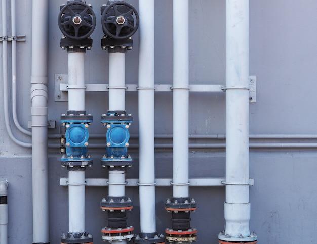 Loodgieterswerkwaterklep dicht open op muur bij industrieel