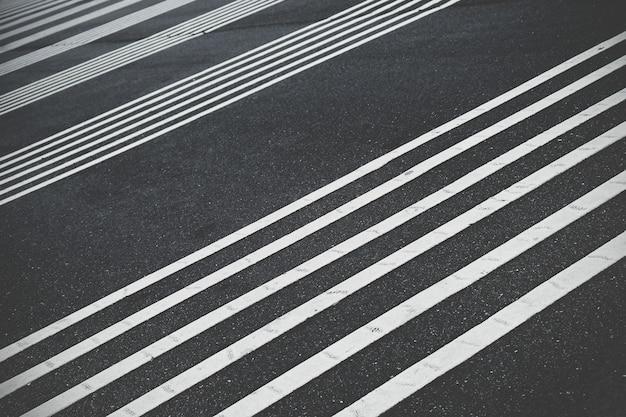Loodrechte witte lijn op de weg