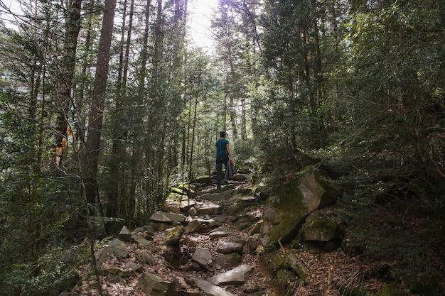 Loop met een vrouw door het nationale park ordesa en monte perido.