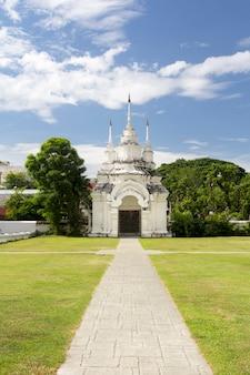 Loop weg in tempel wat suan dok (klooster) beroemde plaats van toerist in chiang mai, thailand.