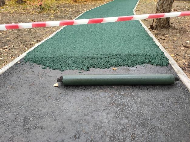 Loopband rubberen coating in park. zachte coating voor joggen en hardlopen. naadloze rubberen coating van kruimelrubber