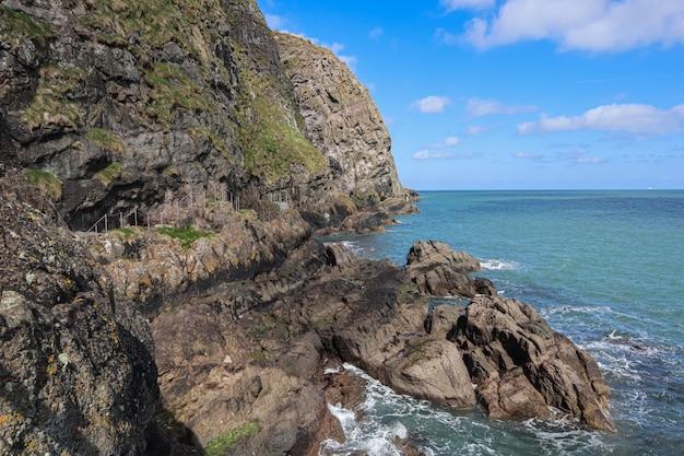 Loopbrug bij het prachtige senic landschap van gobbins uit noord-ierland