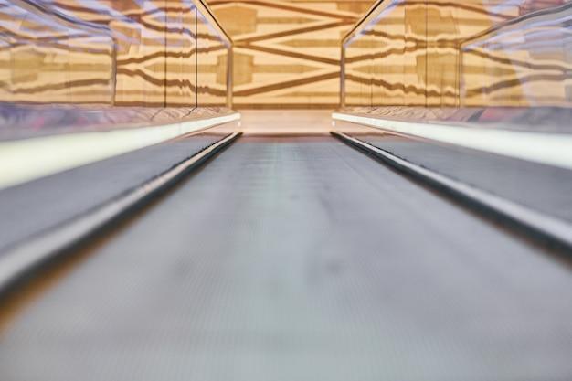 Loopbrug in winkelcentrum. horizontaal langzaam bewegend transportmechanisme voor eenvoudig heffen