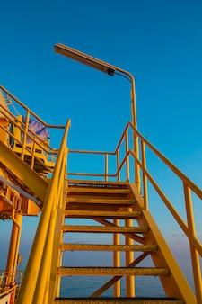 Loopbrug offshore industrie olie- en gasproductie aardolie pijpleiding.