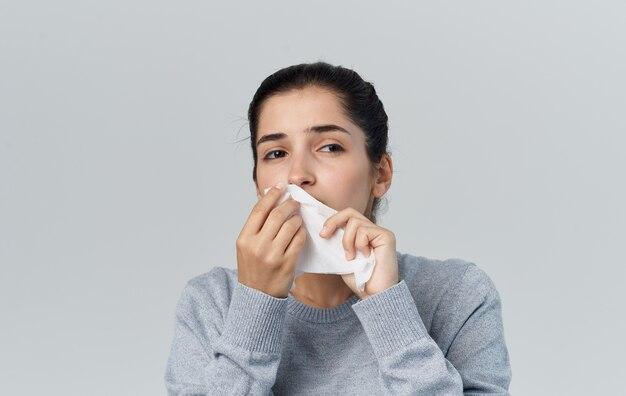 Loopneus vrouw met servet gezondheidsproblemen