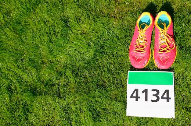 Loopschoenen en marathon slab op gras. fitness en gezonde levensstijl concept