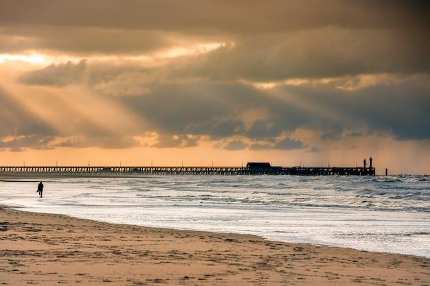 Lopen op het strand naar de paleispier in blankberg (belgië) op de fascinerende noordzee