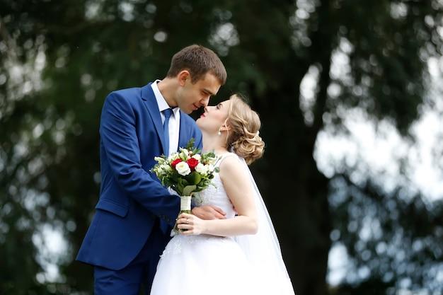 Lopen van de bruid en bruidegom. bruid en bruidegom. trouwdag